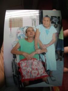 اليكس مع والدته بعد العلاج الكيميائى