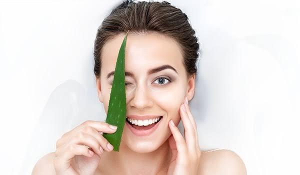 من أهم فوائد جل الصبار العناية بالجلد