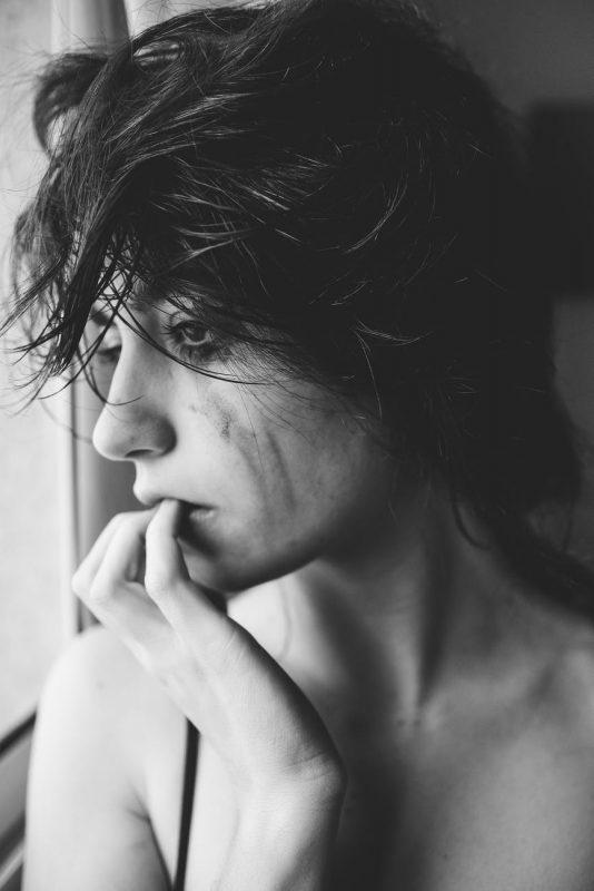 علامات العنف الأسري : يجعلونك دائماً تلوم نفسك وتشعر بالذنب