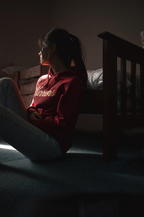 علامات العنف الأسري : العزل الإجتماعى