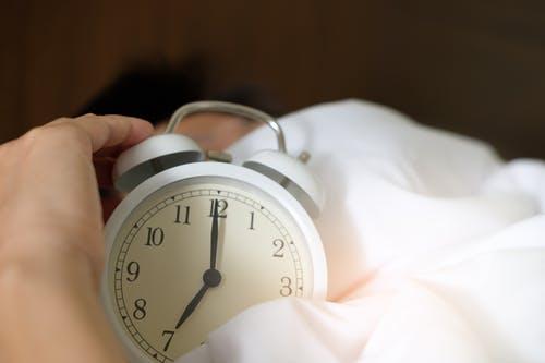 طرق التخلص من نوبات القلق : النوم لفترات كافية
