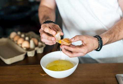 بياض البيض للتخلص من علامات تمدد الجلد