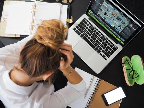 طرق التخلص من نوبات القلق : تجنب ضغط العمل