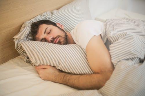 طرق تقوية الذاكرة : النوم لعدد ساعات مسائية كافية