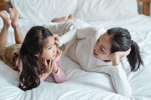 التواصل بين الأباء و الأطفال يساعد في حماية الأبناء من التنمر