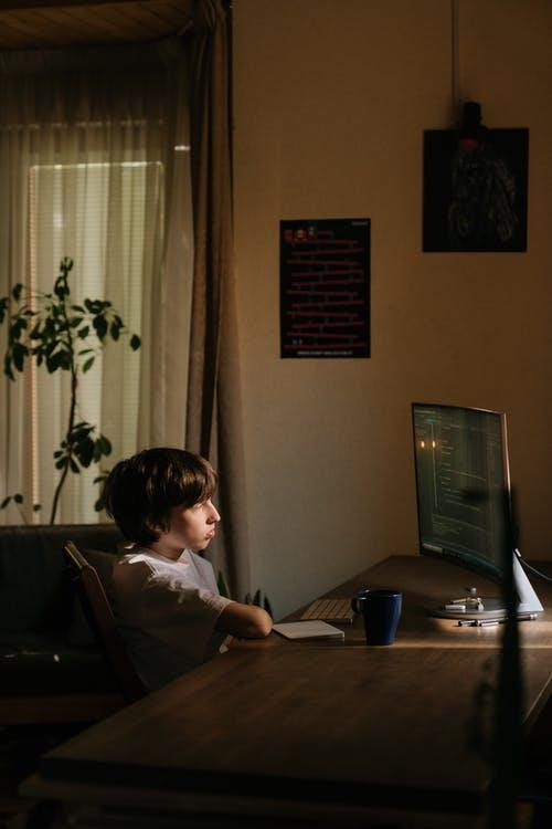 تتبع سلوك طفلك على الإنترنت يساعدك في حماية الأبناء من التنمر