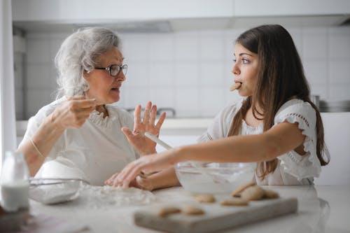 من طرق التعامل مع إبنتك المراهقة أن ساعدى بنتك ولا تنتقديها