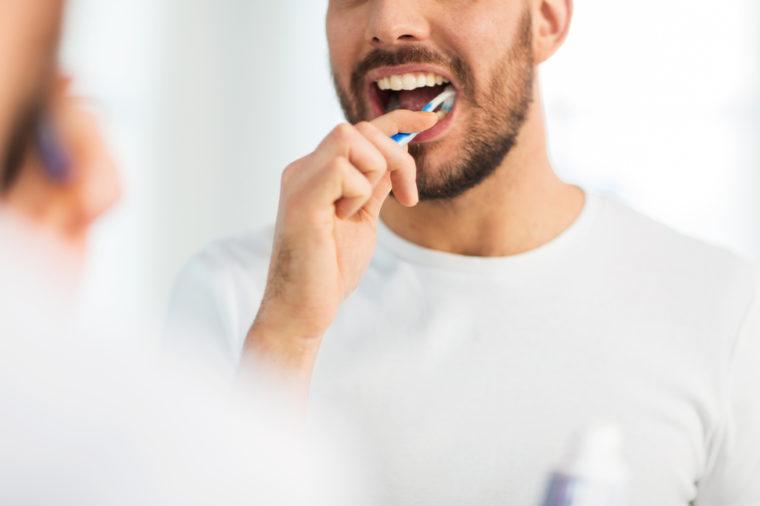اغسل اسنانك باكرا لئلا تغريك اكل اي شيء آخر في الليل أثناء اتباع حمية الكيتو