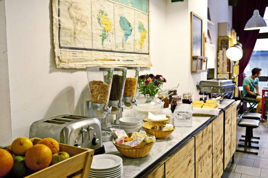 تناول الطعام المجاني في بيوت الشباب أثناء السفر