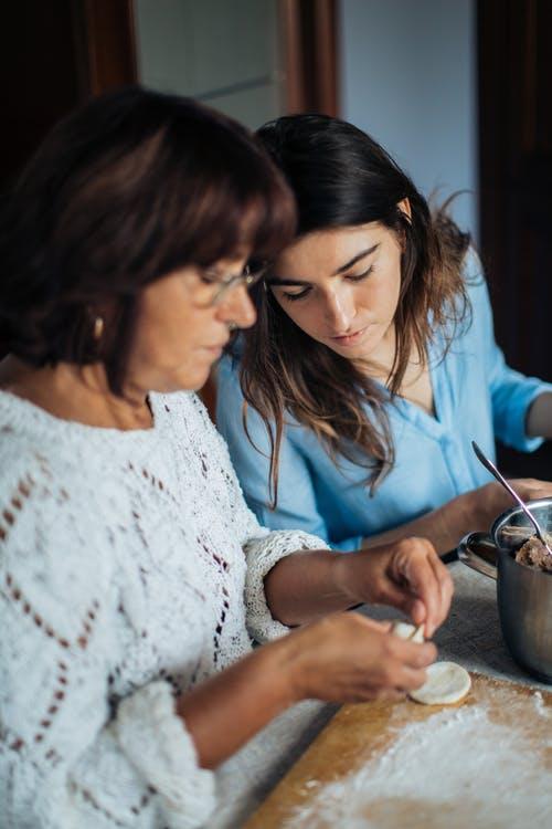 التعامل مع إبنتك المراهقة : 10 أشياء لابد من القيام بها