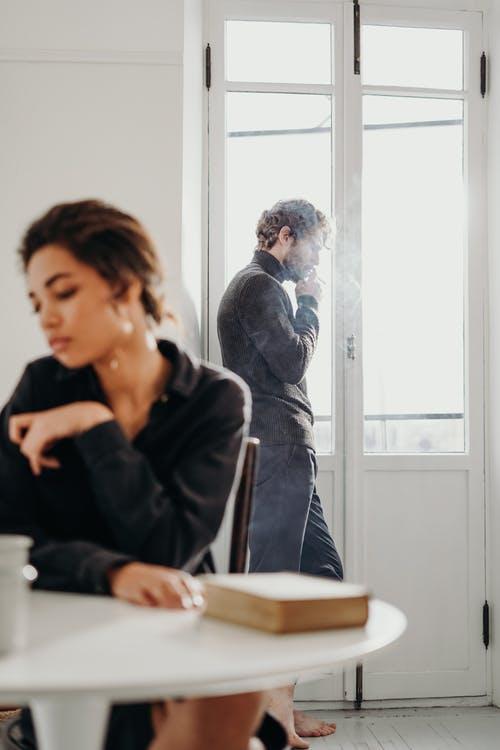 علامات العنف الأسري : الإهمال العاطفى و العزل عن الأخرين